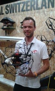"Niels Delore mit der Drohne ""Elios"". (Bild: Stefan Brändle)"
