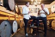 Roman und Werner Limacher fachsimpeln in ihrem Whiskykeller an der Chamerstrasse 11. (Bild: Werner Schelbert (Hünenberg, 24. Mai 2018))