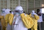Ein Team der Organisation «Ärzte ohne Grenzen» bereiten sich auf die Behandlung von Ebola-Patienten im Kongo vor. (Bild: Louise Annaud/Medecins Sans Frontieres via AP (Mbandaka, 20. May 2018))