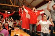 Fans verfolgen im Centro italiano das Spiel Schweiz gegen Spanien bei der WM 2010. (Bild: Nana do Carmo)