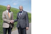 Marcel Meyer (links) übergibt an Martin Meier. (Bild: PD)