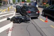 Beim Zusammenprall ist der Motorradlenker verletzt wortden. (Bild: Zuger Polizei)