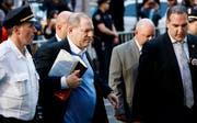 Der frühere Hollywood-Produzent Harvey Weinstein bei seiner Ankunft bei der New Yorker Stadtpolizei. (Bild: Justin Lane/EPA (New York, 25. Mai 2018))