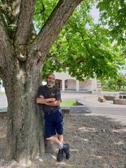 Schulhausabwart Niklaus Küng vor «seinem» Schulhaus in Jonschwil. (Bild: Angelina Donati)