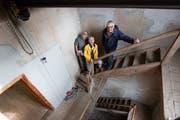 Gallus Rieger (links), Claire Guntern und Willi Rüedi im schmalen Treppenhaus. (Bild: Corinne Allenspach)