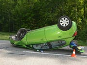 Auf dem Dach gelandet: Ein 81-jähriger Lenker verlor in Beinwil SO die Kontrolle über sein Auto. Der Mann und die Beifahrerin erlitten mittelschwere Verletzungen.