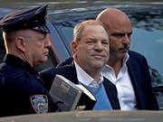 Ex-Filmproduzent Harvey Weinstein auf seinem Gang zur New Yorker Polizei (Bild: KEYSTONE/EPA/PETER FOLEY)