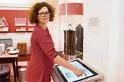 Christelle Wick zeigt die digitale Version von Babelis Poesiealben. (Bild: Sascha Erni)