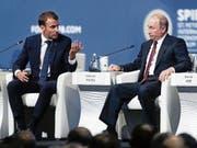 Emmanuel Macron redet Wladimir Putin am Wirtschaftsforum in St.Petersburg ins Gewissen. (Bild: Dmitri Lovetsky/AP (25. Mai 2018))