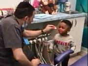 Zahnarzt Eyal Simchi aus dem US-Staat New Jersey versucht seine nervösen Patienten mit Zaubertricks zu beruhigen. (Bild: Eyal Simchi/Youtube)