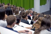 Studenten an einer Vorlesung der Rechtswissenschaftlichen Fakultät der Universität Luzern. (Bild: Pius Amrein (Luzern, 15. September 2014))