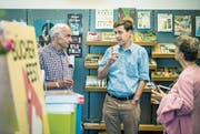 Schriftsteller Peter Stamm und ein Ehepaar im Bücherladen Marianne Sax. (Bild: Reto Martin)