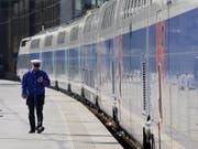 In die Gespräche rund um die Bahnreform der französischen Regierung kommt Bewegung. Regierungschef Edouard Philippe bot den streikenden Gewerkschaften die Übernahme eines Teils der Milliardenschulden der SNCF an. (Bild: KEYSTONE/EPA/GUILLAUME HORCAJUELO)