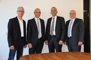 Von links: Roman Capaul, VR-Präsident Raiffeisenbank Rorschacherberg-Thal, Beat Ulrich, VR-Präsident Raiffeisenbank Goldach, Ernst Locher, Bankleiter Goldach und Andreas Eberhard, Bankleiter Rorschacherberg-Thal. (Bild: Martin Rechsteiner)