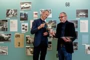 Hilar Stadler (links) und Patrick Blank vom Museum im Bellpark mit einem Siegerpokal und einer Silbertafel, Siegerpreise der Bergrennen im Eigenthal. (Bild Philipp Schmidli; 25. Mai 2018)
