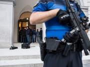 """Die Schweizerinnen und Schweizer fühlen sich sicher und vertrauen den Behörden und Institutionen. Zu diesem Schluss kommt die Studie """"Sicherheit 2018"""". (Bild: KEYSTONE/TI-PRESS/ALESSANDRO CRINARI)"""