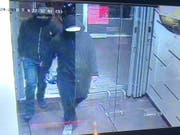 Nach einer Bombenexplosion eine einem Restaurant sucht die Polizei der kanadischen Grossstadt Mississauga mit diesem Bild nach Verdächtigen. (Bild: Peel Regional Police / Twitter)
