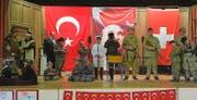 Kriegsschauspiel auf der Schulbühne: Eine schweizerisch-türkische Schülergruppe führte in Uttwil ein nationalistisches Theaterstück auf. (Bild: «Sonntags-Blick», 6. Mai 2018)