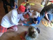 Unter Anleitung bastelten die Kinder in der Balanka-Bar bunte Papierpferde. Bild: PD