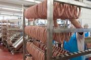 Gestelle werden mit Wienerli aufgefüllt beim Fleischverarbeiter Bell in Basel am Montag, 16. Februar 2015. (Bild: Georgios Kefalas/Keystone)