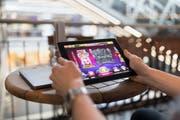 Ein Mann spielt auf der Webseite eines ausländischen Glücksspielanbieters. (Bild: Keystone/Gaetan Bally)