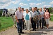 Das Jubilare-Ehepaar Doris und Max Wäspi mit seinen Angehörigen vor dem Vierspänner. (Bild: Cecilia Hess-Lombriser)