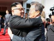 Überraschend hat sich Nordkoreas Machthaber Kim Jong Un (links) zum zweiten Mal innerhalb weniger Wochen mit dem südkoreanischen Präsidenten Moon Jae In getroffen. (Bild: KEYSTONE/EPA CHEONG WA DAE/CHEONG WA DAE HANDOUT)