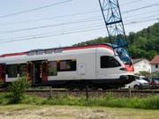 Der Ausleger des Krans schlug die Frontscheibe des Zugs ein. Bei dem Zwischenfall blieben die 45 Passagiere unverletzt. (Bild: Keystone/MELANIE DUCHENE)