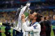 Real Madrids Gareth Bale mit der Siegestrophäe. Bild: AP Photo/Pavel Golovkin