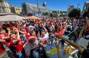 Liverpool-Fans feiern auf dem Maidanplatz in Kiew. Bild: EPA/GEORGI LICOVSKI