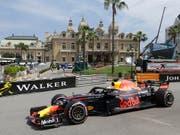 Daniel Ricciardo steuert seinen Red Bull-Renault am Casino vorbei zur Bestzeit (Bild: KEYSTONE/AP/CLAUDE PARIS)