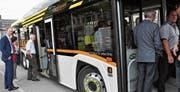 Seit 1. Januar ist Roland Ochsner (links) Unternehmensleiter der Bus Ostschweiz AG. An seiner ersten Generalversammlung konnte der 45-Jährige die Aktionäre gleich zu einer Probefahrt einladen: Mit dem «Solaris Urbino 12 electric», den das Unternehmen drei Wochen lang testen kann. (Bild: Bilder: Andrea C. Plüss)