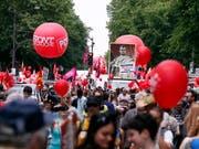 Bunter Demonstrationszug in Paris, mit einer Darstellung Macrons als Kaiser. (Bild: KEYSTONE/EPA/ETIENNE LAURENT)