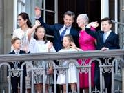 Der Jubilar winkt der Menge zu, umringt von seiner Familie, rechts von ihm Königin Margrethe und links seine Gattin Mary. (Bild: KEYSTONE/EPA SCANPIX DENMARK/HENNING BAGGER)