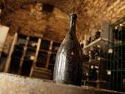 """Eine solche Flasche """"Vin Jaune"""" (gelber Wein) ist für fast 104'000 Euro versteigert worden. (Bild: KEYSTONE/AP/Laurent Cipriani)"""
