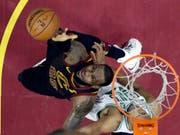 LeBron James (links) erreicht den Ball unter dem Korb gerade noch (Bild: KEYSTONE/AP/TONY DEJAK)