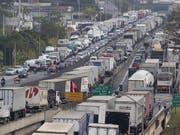 Vor der brasilianischen Metropole Sao Paulo demonstrieren Lastwagenfahrer gegen hohe Dieselpreise und blockieren Versorgungsrouten. (Bild: KEYSTONE/EPA EFE/SEBASTIÃO MOREIRA)