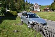 Der Mietwagen mähte einen Holzzaun nieder. Bild: Kantonspolizei Schwyz