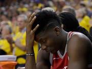 Clint Capela raufte sich in der zweiten Spielhälfte des sechsten Playoff-Halbfinals gegen die Golden State Warriors zurecht die Haare (Bild: KEYSTONE/AP/MARCIO JOSE SANCHEZ)