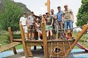 Engagierte CVP-Mitglieder halfen gemeinsam mit ihren Kindern mit, den Spielplatz aufzufrischen. (Bild: Paul Gwerder (Erstfeld, 26. Mai 2018))