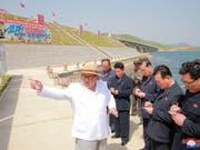 Eine amerikanische Delegation ist in Nordkorea angekommen, um das Gipfeltreffen zwischen Kim Jong Un (Bildmitte) und dem US-Präsidenten Donald Trump vorzubereiten. (Bild: KEYSTONE/EPA KCNA)