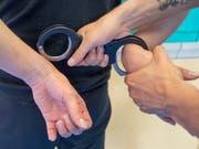 Das freut Kriminelle: Die Staatsanwaltschaften in der Schweiz sind laut eigenen Angaben überlastet und können nicht allen Fällen nachgehen. (Bild: KEYSTONE/URS FLUEELER)