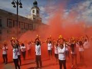 Das rote Pulver symbolisiert das Blut der rund 20'000 Stiere, die in Spanien jährlich bei Corridas getötet werden. (Bild: KEYSTONE/EPA EFE/J.P.GANDUL)