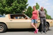 Desiree Medame und Axel Kop mit ihrem Chevrolet Camaro. (Bild: Hana Mauder Wick)
