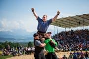 Joel Wicki feiert seinen Sieg im Schlussgang gegen Sven Schurtenberger (Bild: Roger Grütter)