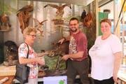 Agnes Michel (links) und Michèle Dall'Omo lassen sich von Gusti Berchtold, Stand des Jagdschutzvereins Wildtierpräparate zeigen. (Bild: Patricia Helfenstein (Sarnen, 26. Mai 2018))