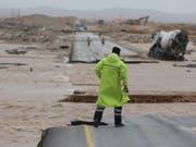 """Die Fluten im Gefolge des Tropensturms """"Mekunu"""" rissen in Oman einen Strassenabschnitt mit. (Bild: KEYSTONE/AP/KAMRAN JEBREILI)"""