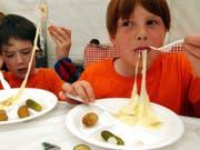 Die EU-Kommission will Medien zufolge Geschirr und Besteck aus Plastik verbieten lassen. (Bild: KEYSTONE/ANDREE-NOELLE POT)