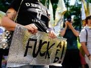 Tausende Menschen haben in Berlin an Demonstrationen für und gegen die AfD teilgenommen. (Bild: KEYSTONE/EPA/ALEXANDER BECHER)