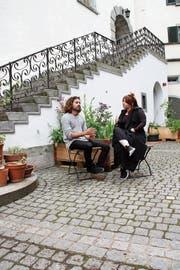 Wenn das Freiluft-Lokal beim Rathaus Lichtensteig eröffnet ist, werden Fabian Müller und Sirkka Ammann wohl keine Zeit mehr für Pausen haben. (Bild: Martin Knoepfel)